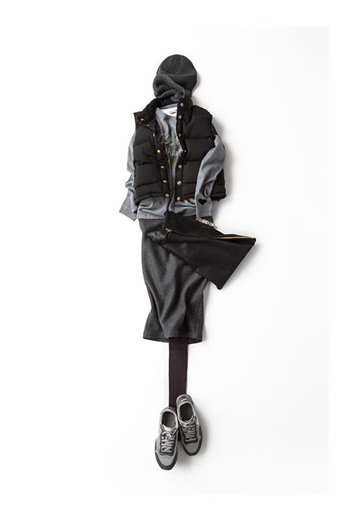 シックなペンシルスカートをスポーティに。<br> 大人っぽさ満点のグレーコーディネート