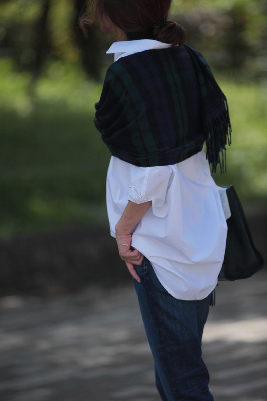 白シャツを大好きな水色+グリーンで着る4