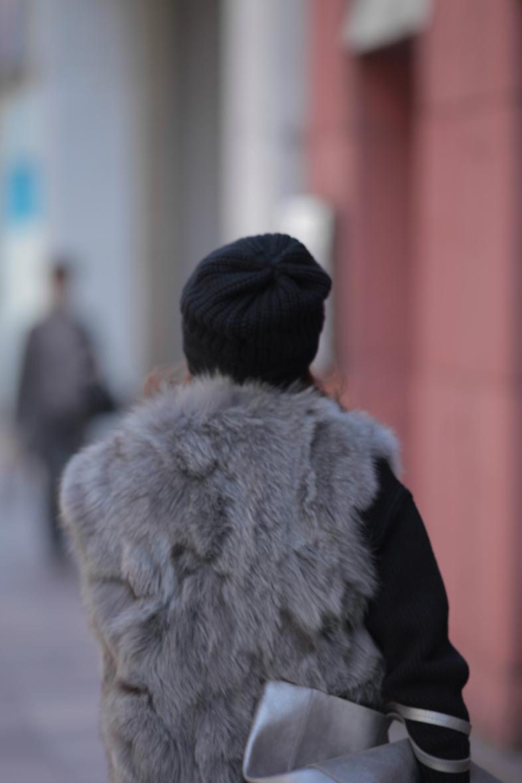 上品なファーをオールブラックと着る5