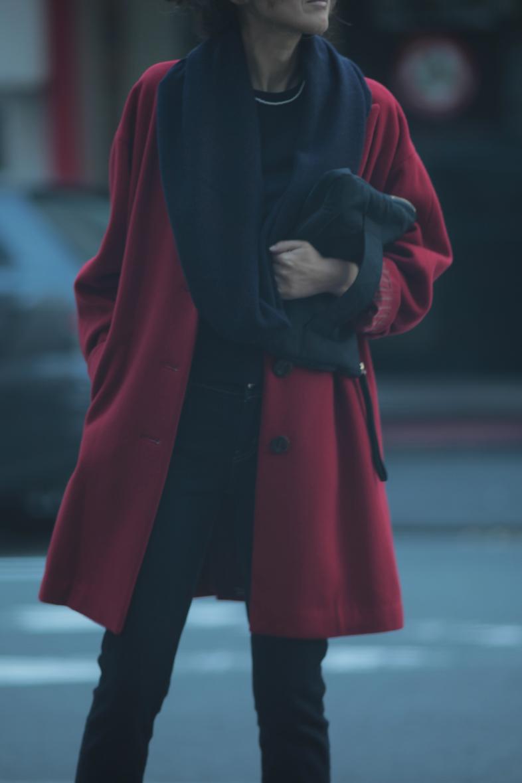 レトロな赤いコートをネイビー配色で着る1