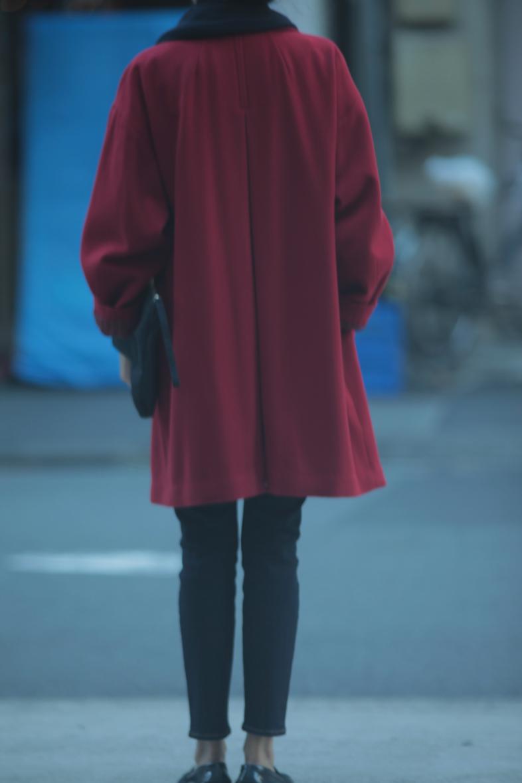 レトロな赤いコートをネイビー配色で着る2
