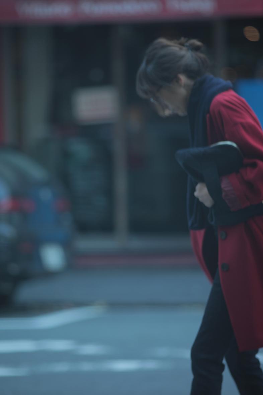 レトロな赤いコートをネイビー配色で着る3