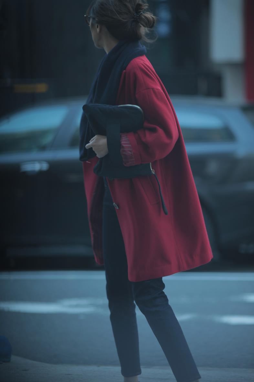 レトロな赤いコートをネイビー配色で着る4
