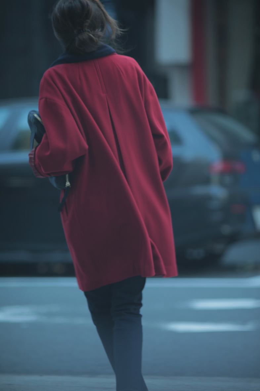 レトロな赤いコートをネイビー配色で着る5
