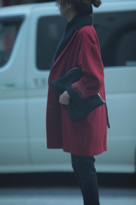 レトロな赤いコートをネイビー配色で着る6