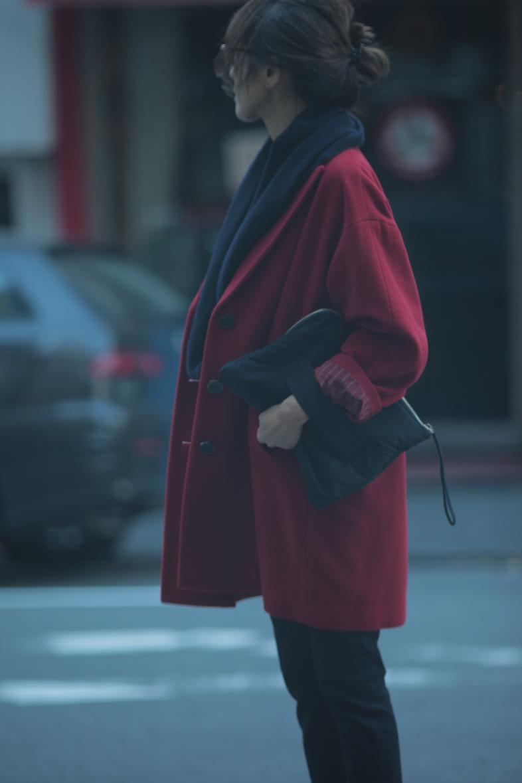 レトロな赤いコートをネイビー配色で着る7