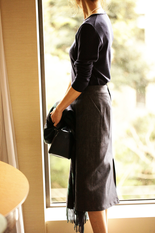デニムスカートでシンプルに色っぽく