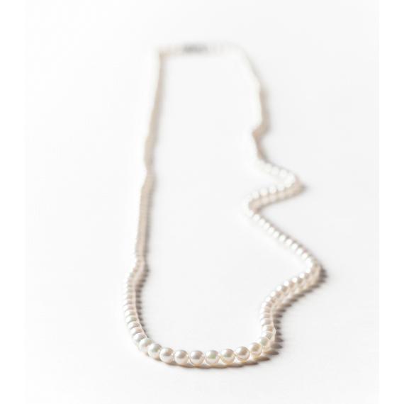 気品あるカジュアルが楽しめる 田崎真珠のロングネックレス