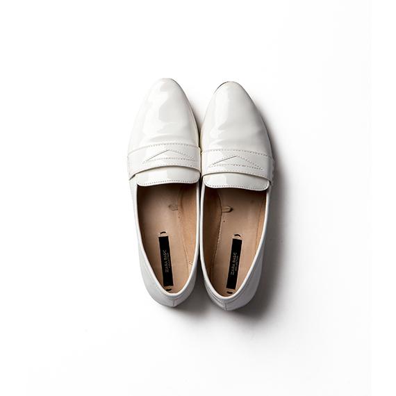 光沢感のある白い足下