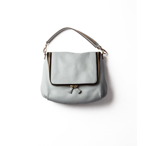 時代感をプラスする、ブルーグレーのバッグ
