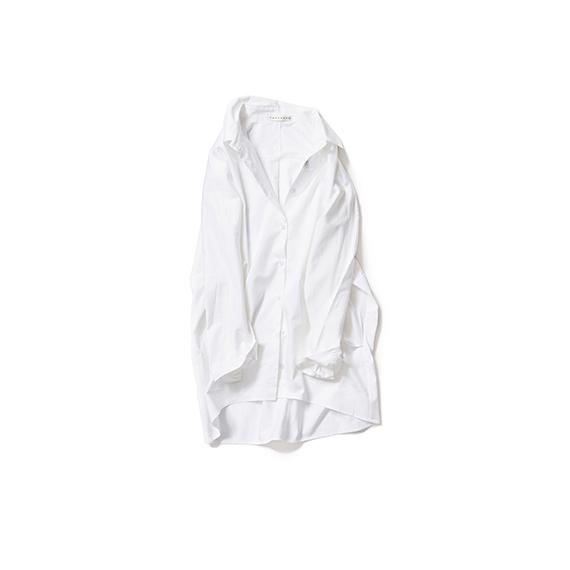 ゆったりシルエットの白いシャツ