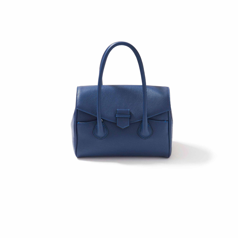 クラシックなムードのネイビーブルーのバッグ
